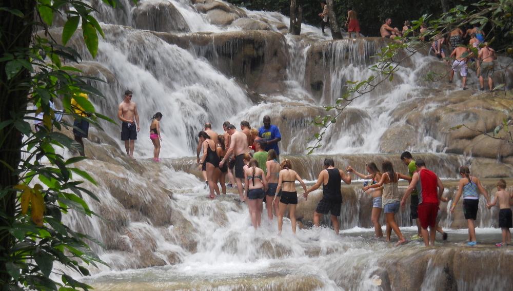 Hilera de turistas en las cascadas del río Dunn. Imagen de Viajestic.