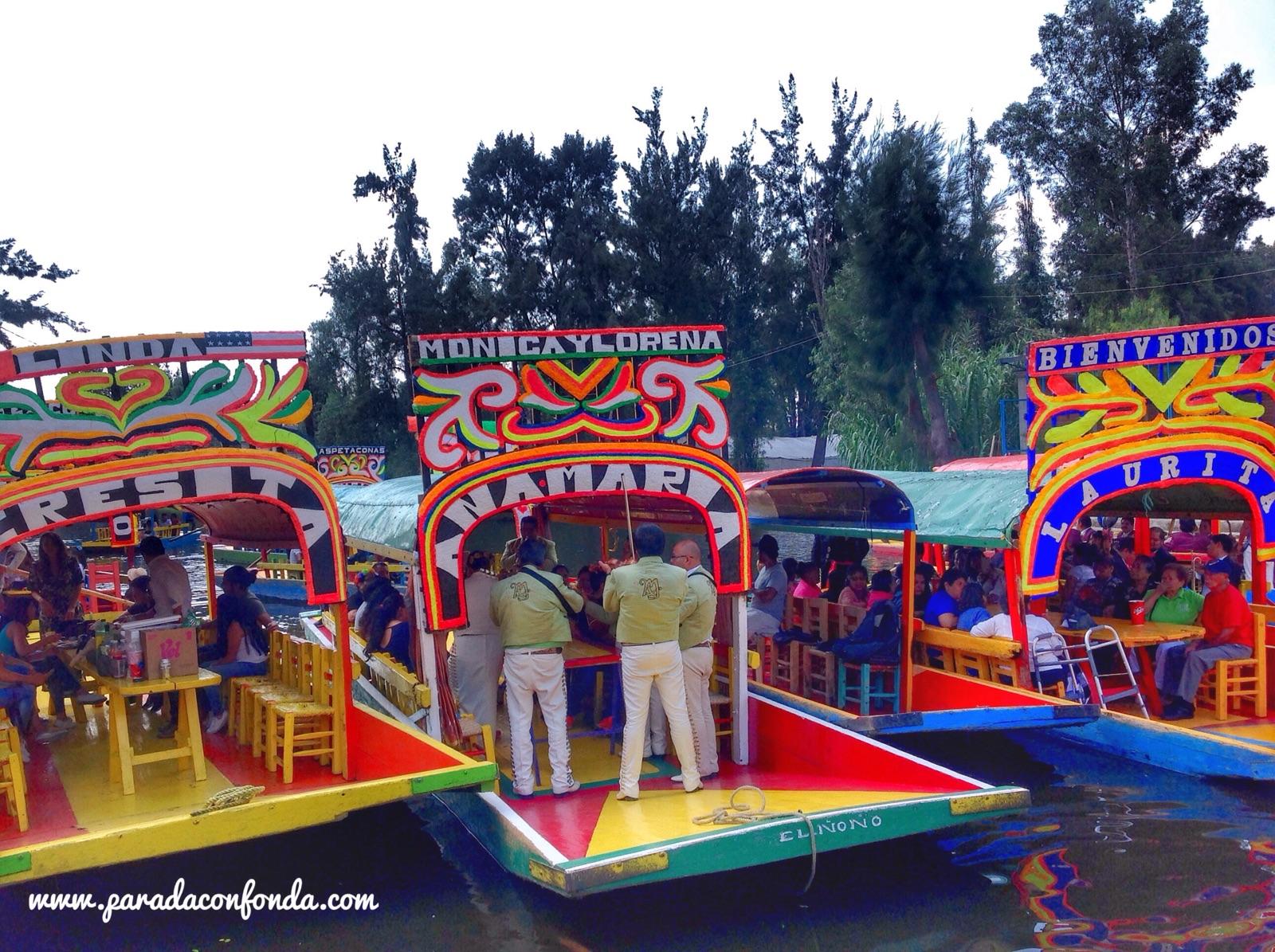 Disfrutar De Xochimilco En Una Trajinera Parada Y Fonda De Un Viajero