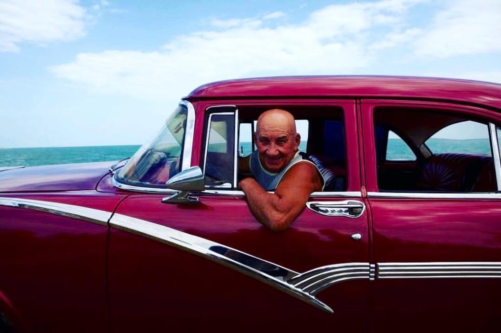 Un taxista en La Habana ofreciendo sus servicios.