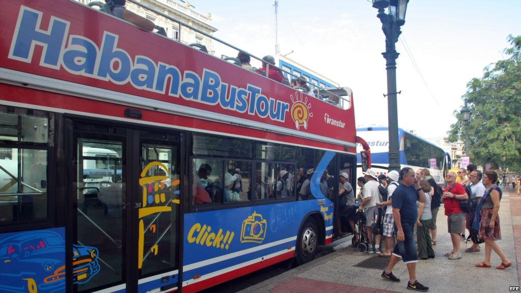 Un recorrido por La Habana en su bus turístico.